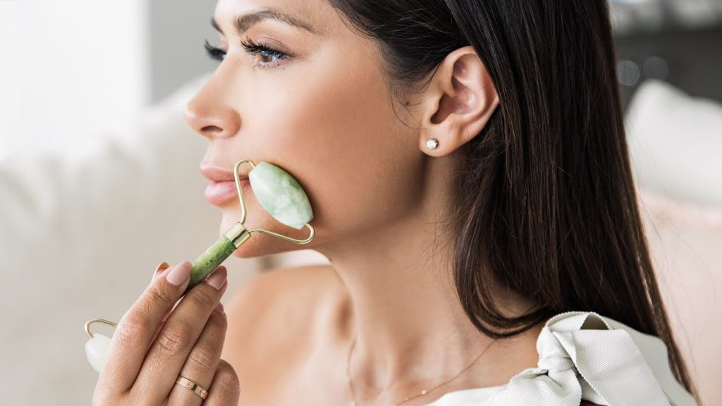 Нефритовый роллер: как правильно делать массаж?