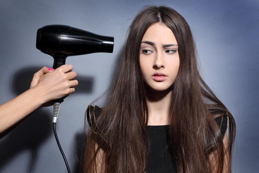 Не наносите на корни бальзам-ополаскиватель, маски и масла для волос